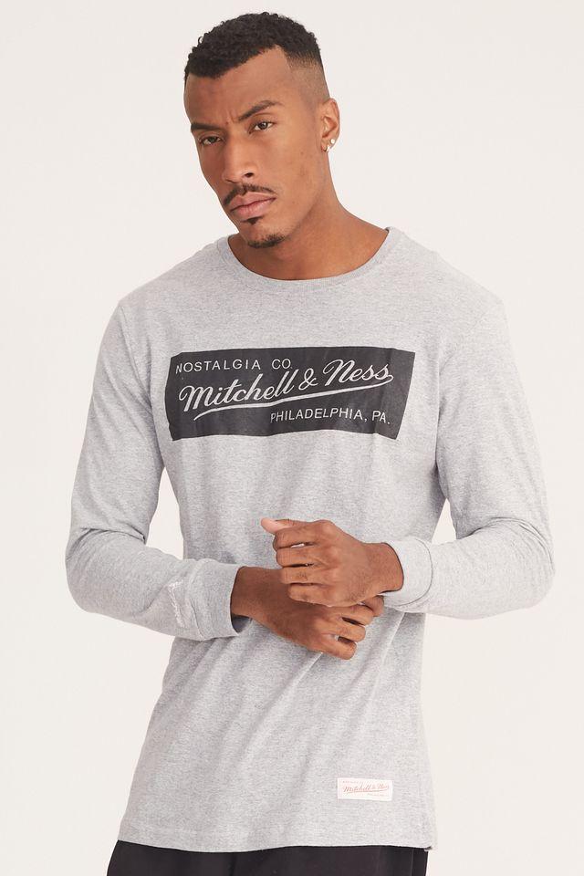 Camiseta-Mitchell---Ness-Manga-Longa-Estampada-Box-Logo-Cinza